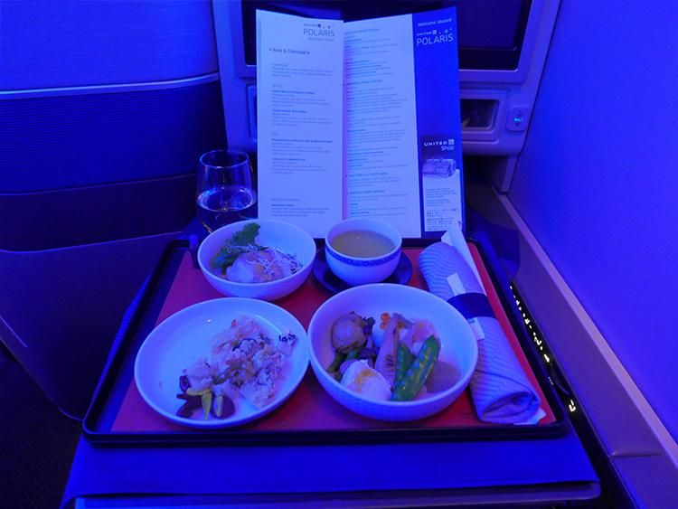 メインディッシュ。日本発着路線は、和食、洋食から選べる。