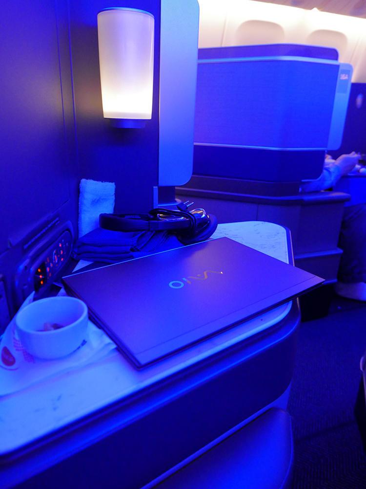 食事が出てきたら、ノートPCなどは鞄にしまわなくとも、サイドテーブルにそのまま置いておくことができる。
