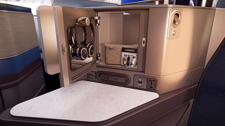内側に鏡がついたボックスは、小物の収納にも便利だ。
