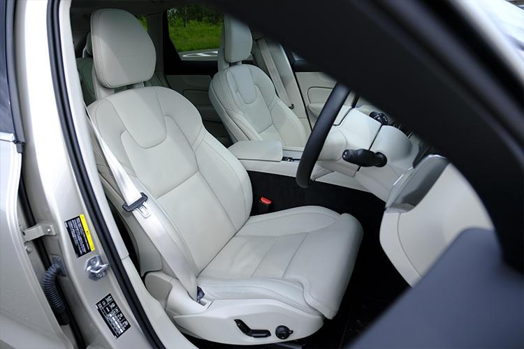 居心地の良いインテリア。国土交通省が定めている安全性能評価で高い評価を得ている最新デバイスなど、ドライバーを補助する機能の充実度はさすがのひとこ。