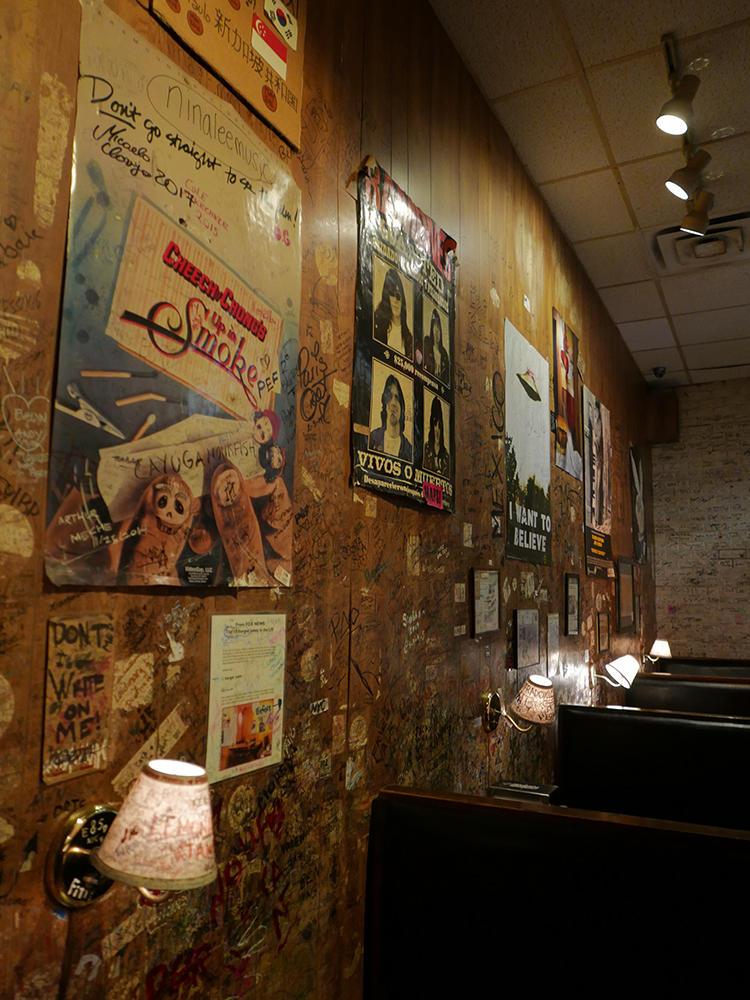 壁一面に、雑誌の切り抜きや来訪者のサインや落書きetc.が。もはやウォールアート状態。