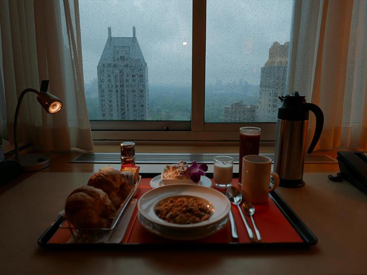 忙しい朝は、ルームサービスを頼めば部屋で仕事をしながらクイックに朝食を取れる。