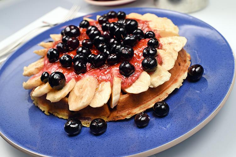バナナとブルーベリーがどっさり敷き詰められたパンケーキ「Waz-za」