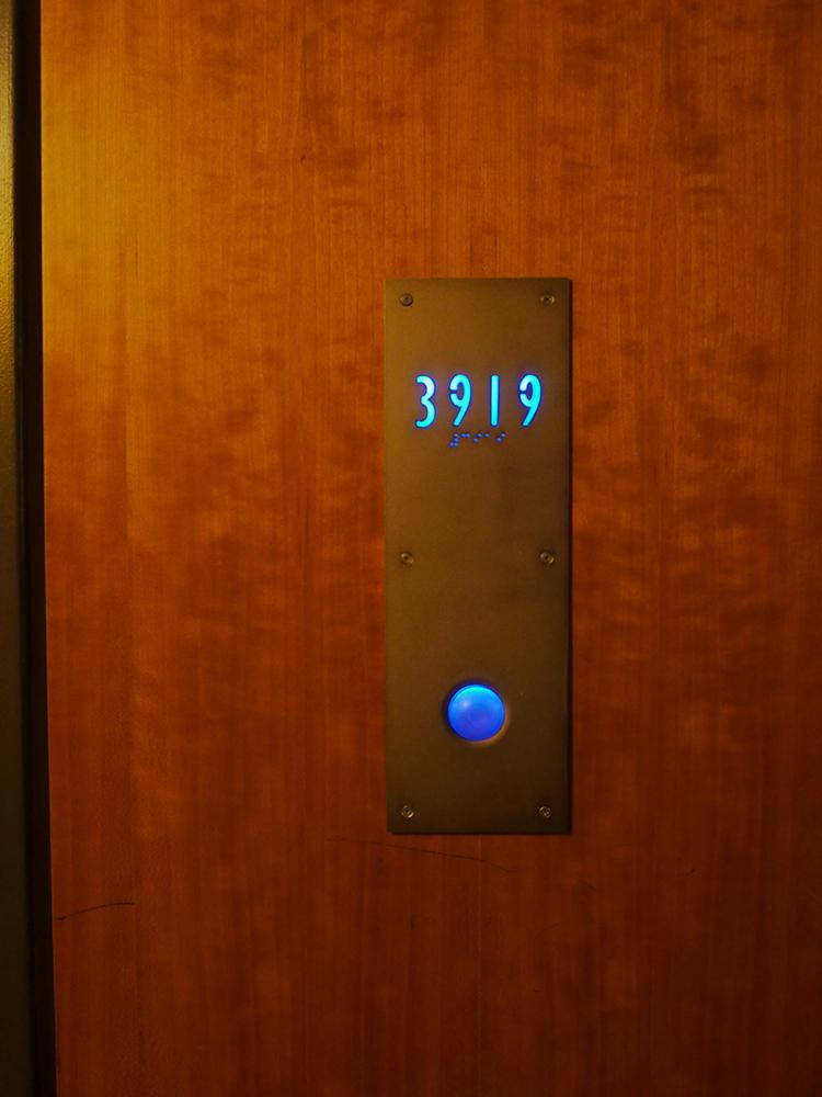部屋のサインもレトロでいい感じ。