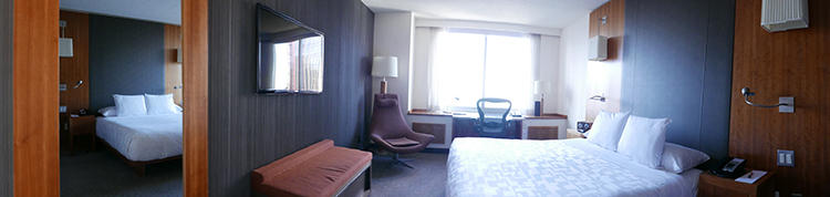 部屋のパノラマ写真。ウッディな色調で落ち着く空間だ。