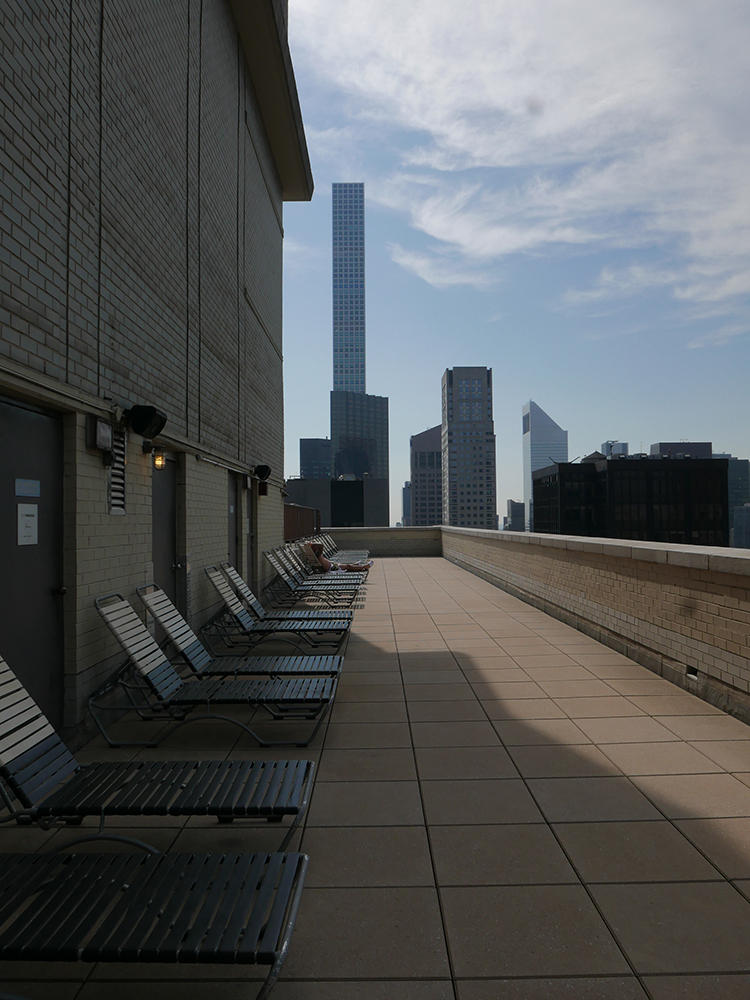 外階段を上ると、屋外テラスにもデッキチェアがずらり。こちらの開放は9月の第一月曜日(Labor Dayの祝日)まで。