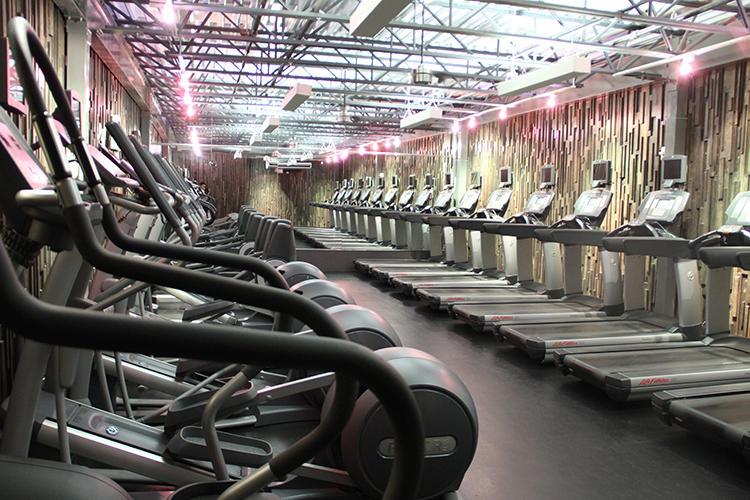 巨大なジムは、多数のマシンが備わり大充実! 月曜〜金曜は5時〜22時、土日は7時〜20時オープン。