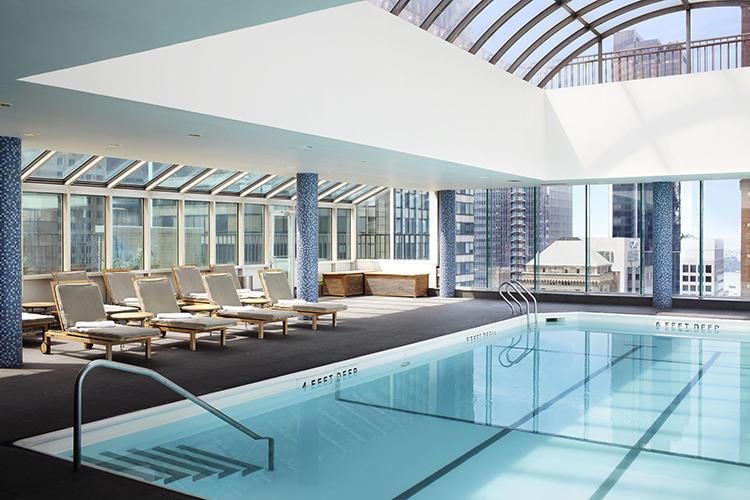41階、最上階のプール。ガラス張りの天井、窓から採光が入って心地よい。