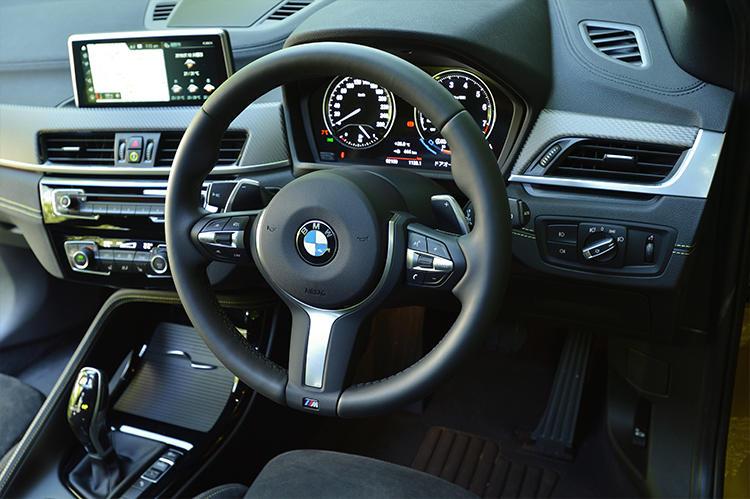 BMWらしい上質でスポーティなインテリア。ドライバーオリエンテッドな造形はほかのBMW車と同じ。コンパクトモデルでもプレミアム感は十分に打ち出している。