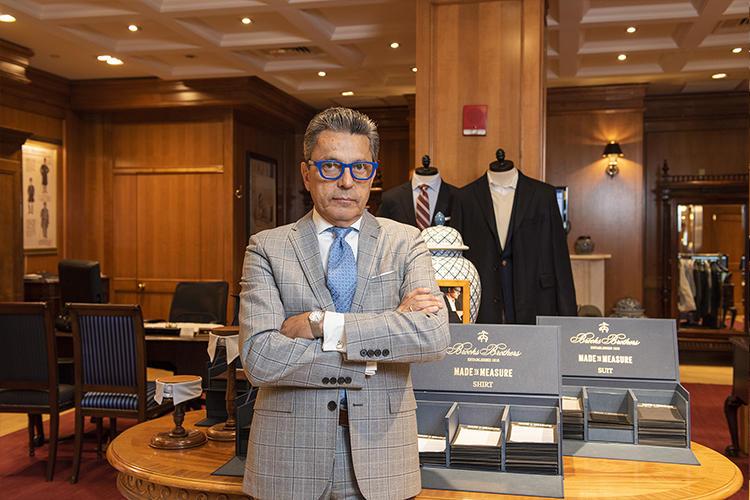 勤続40年のマリオさん。シャツはダブルカフスでカフリンクスをするのが基本。
