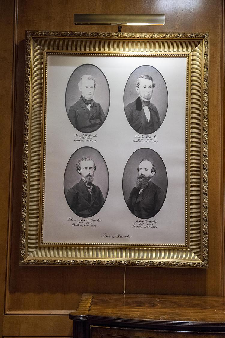 パーソナルショッパーコーナーの一角には、創業者であるヘンリー・ブルックスの息子たちの写真も飾られている。彼らが後を継いで、1850年に社名を「ブルックス ブラザーズ」に変更した。