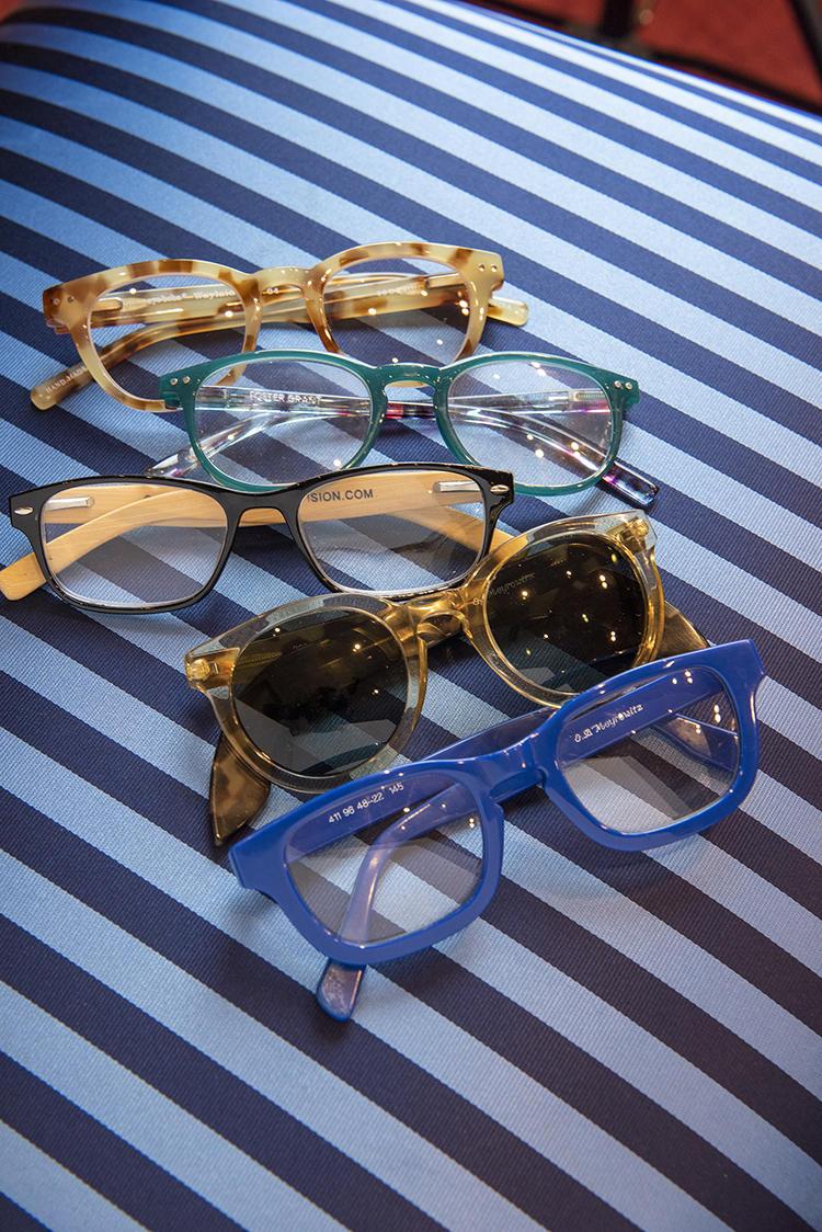 これはブルックス ブラザーズでないが、メガネはフレームの色を変えて多数所有。その日のスーツやシャツ、ネクタイの色に合わせてつけ変えている。