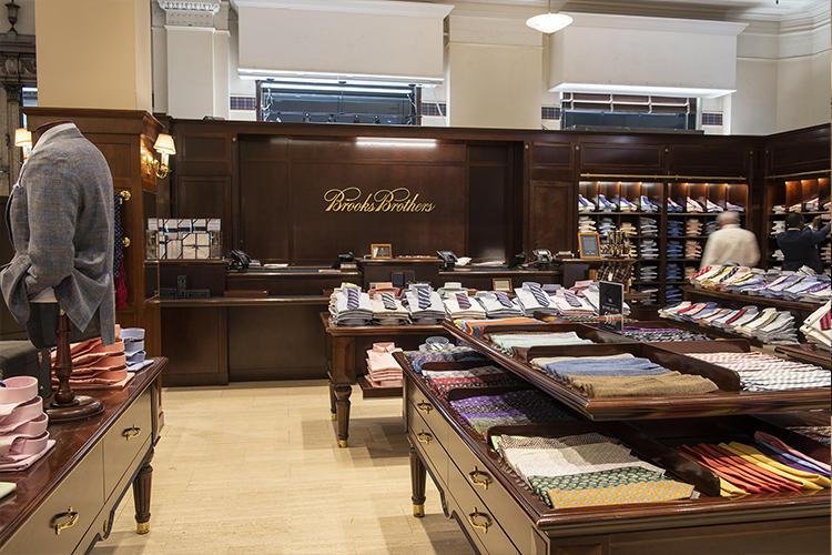 朝8時からオープンしているマディソン本店は、早朝からシャツやネクタイを買いお客さがやってくるそうだ。