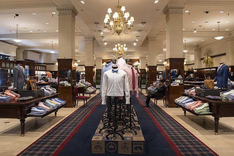 シャツやネクタイ、靴・鞄が展開される1階フロア。シャツ&ネクタイのディスプレイがいたるところに並ぶ。