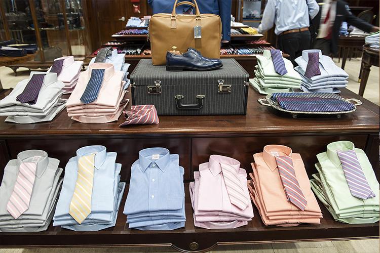 パステル調のカラーシャツにカラーストライプのネクタイ、これもブルックス ブラザーズ的スタイル。