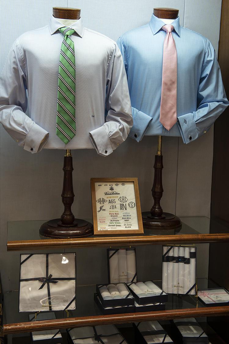 1階奥では、買ったシャツに自分の名前などモノグラムを刺繍してくれるコーナーもある。