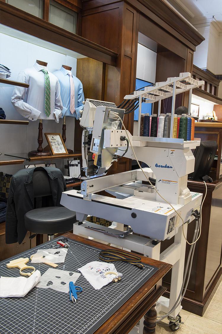 店内で、そのまま刺繍をほどこしてくれます。