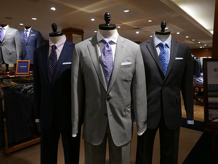 無地スーツ×小紋タイは、きちんとしたビジネスマンらしい真面目な印象。