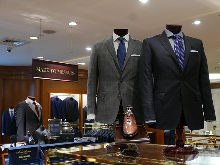 ネイビーやグレー、ビジネスマンらしいシックなスーツに堅めのシャツタイ組み合わせ例も多い。