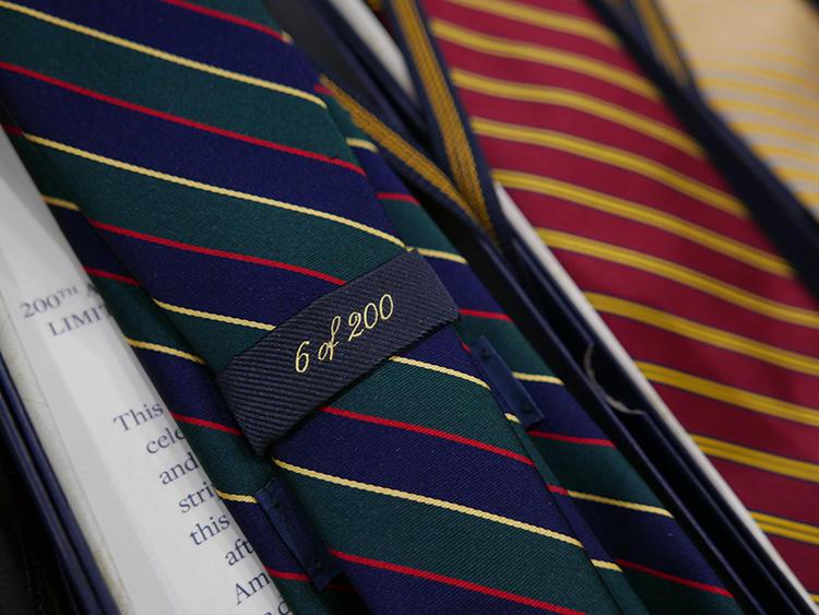 ネクタイは各色200本限定のため、ループにシリアルナンバーが施される。
