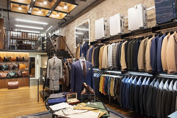 縦に広い店内には、奥までスーツ&ジャケットがびっしり。