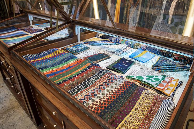 重厚な什器の中に整然とイチオシのコレクションが並ぶ。