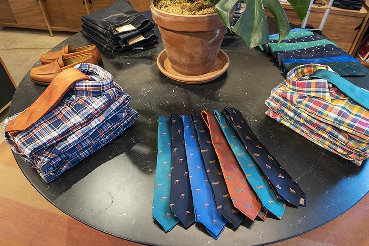 マドラスシャツとカラーネクタイのコンビネーション提案も。
