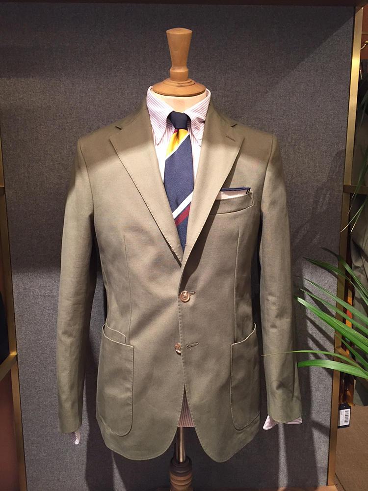 カーキのコットンスーツ×BDシャツ×派手色ストライプタイも、この夏のイチオシルックの1つだった。