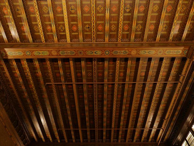 天井の彫刻も素敵。