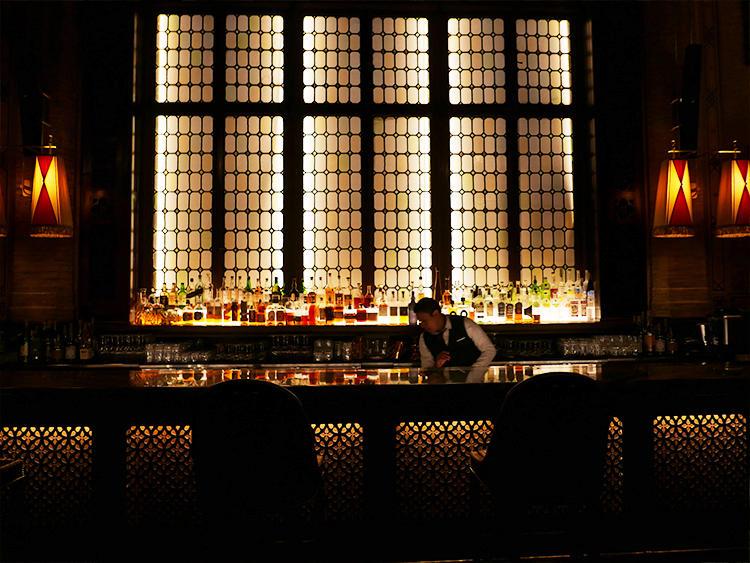 窓の外の枠組みは、昔のものをそのまま使っている。東京駅のバーを思い出す。