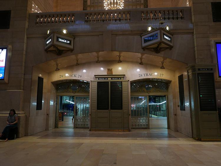 電車のホームは、中央広場から直接行けるようになっている。