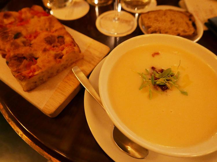 食事メニューもあるので、ランチや軽いディナーにも利用できる。
