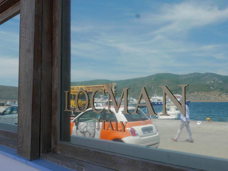 工房の窓に反射するヨットハーバー。窓には遮光フィルムが貼られ、外から内部は見えないようになっている。こんな景色を毎日眺めながら時計作りをできるとは、なんて贅沢!