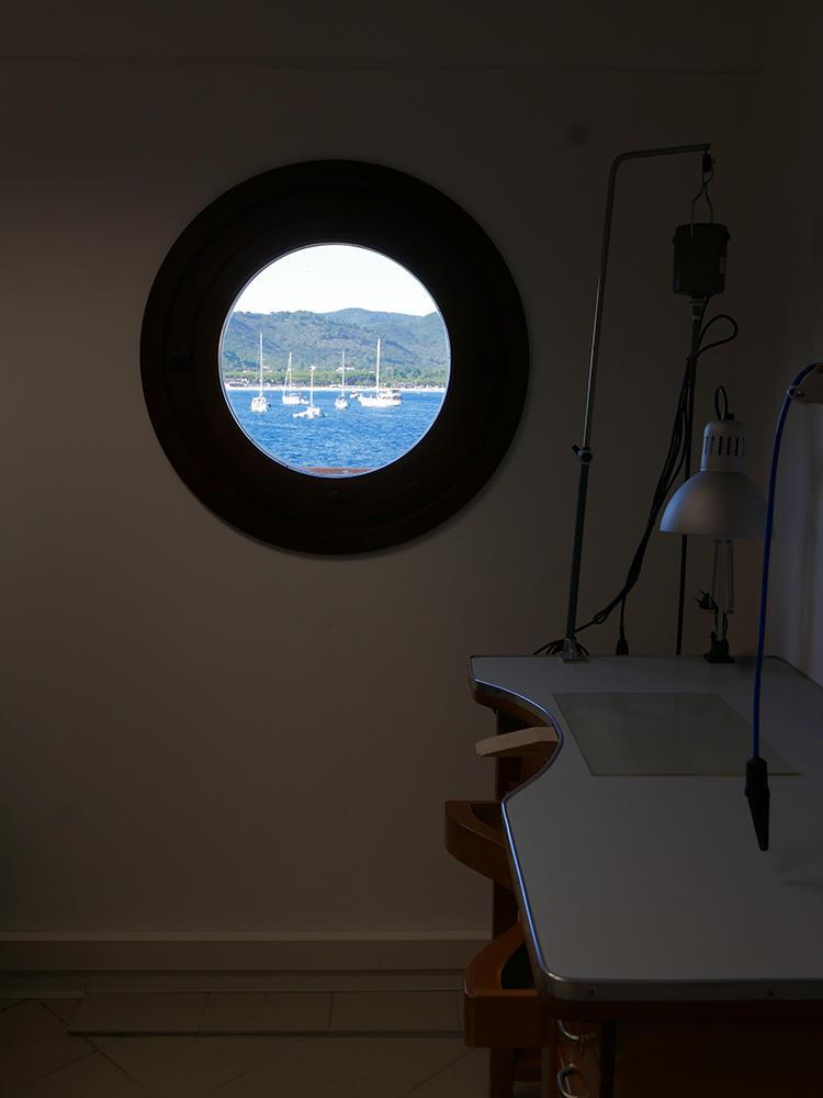 時計学校S.I.O.の丸窓からも海を眺めることができる。