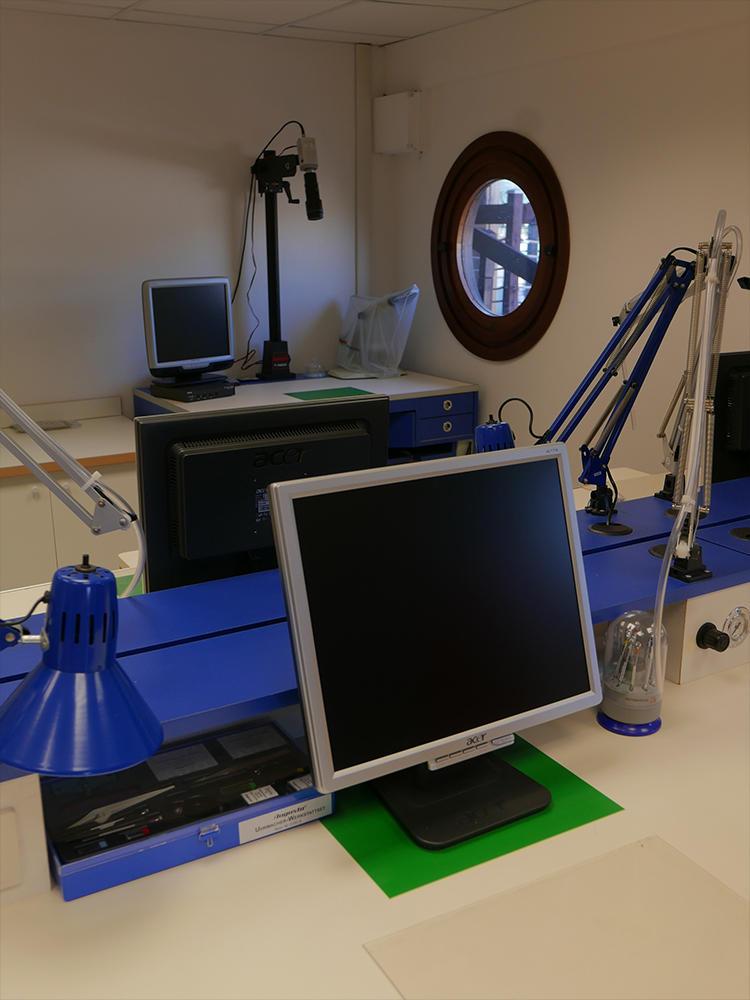 時計学校S.I.O.の内部。教官の手元を拡大し、各デスクでモニターできるシステムも揃っている。