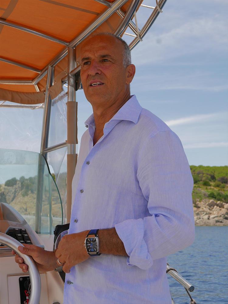 エルバ島と海をこよなく愛するマルコさん。新作時計が出来たら、自身もそれを着用して、マイヨットで海へと繰り出す。