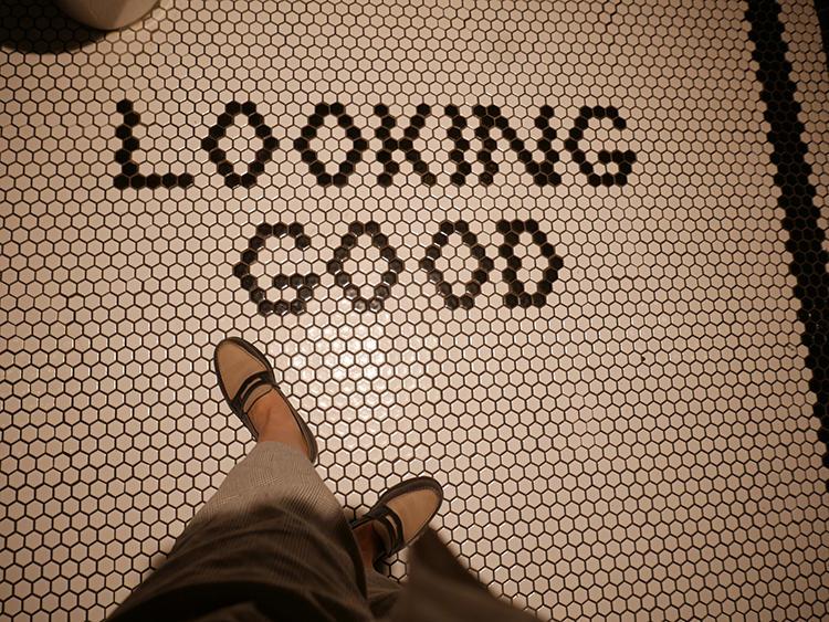 お手洗いの床に「LOOKING GOOD」の文字。食後にちゃんと見出しなみを整えて、搭乗口へ!