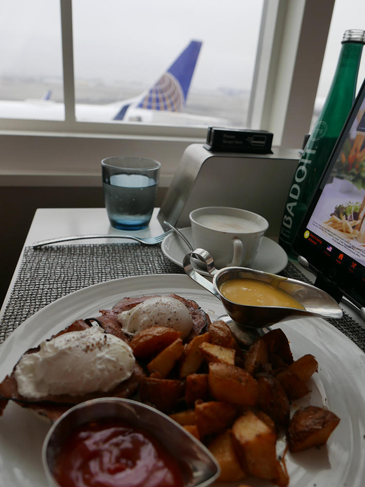 窓のすぐ外に、ユナイテッド航空の機体を眺めながら食事を楽しむことができる。