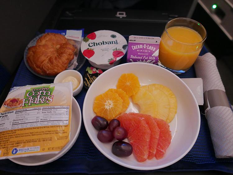 快眠の目覚めの後は、さっぱりした朝食で着陸前に気分をリフレッシュ。