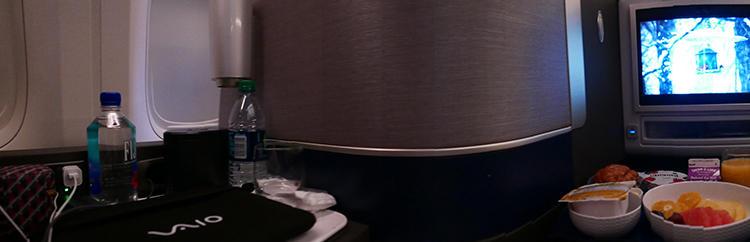ご飯の時間、PCはサイドテーブルにおいて。広々としたプライベート空間も快適。
