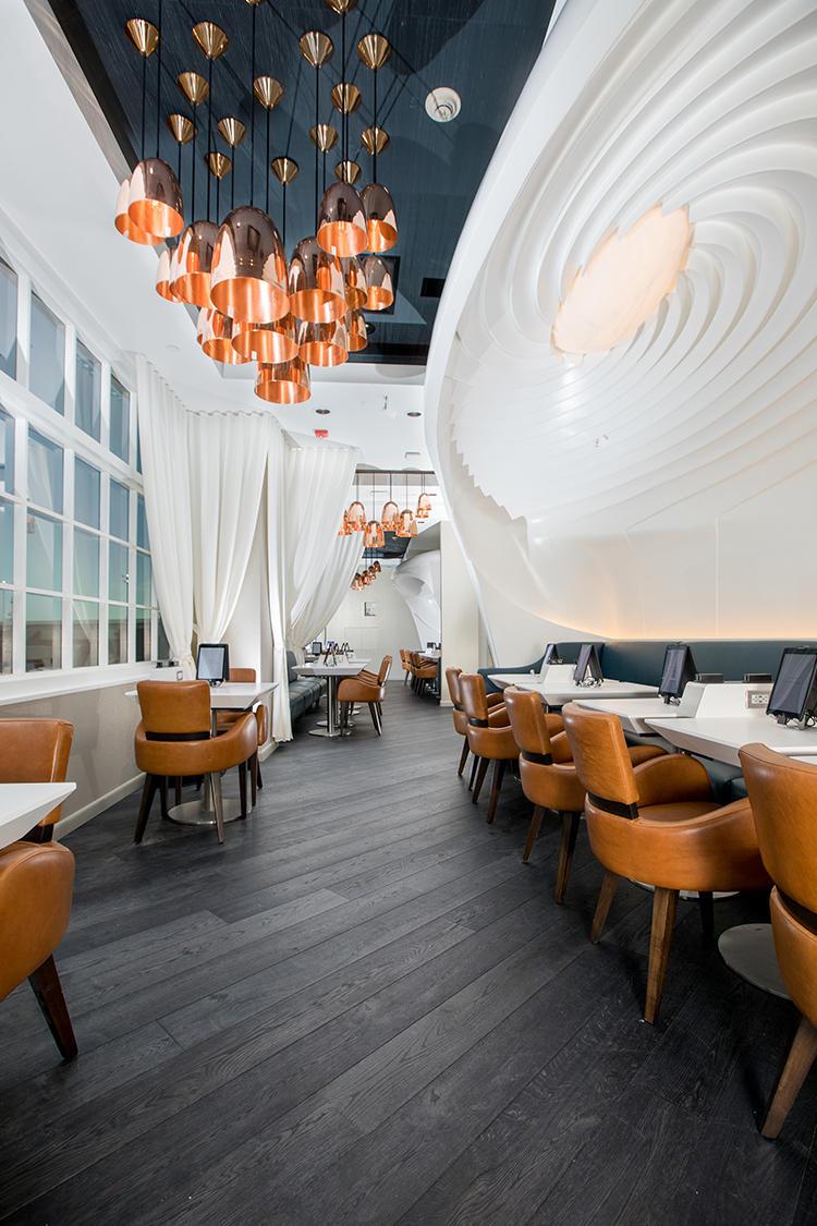 縦長のスペースに高級感あるレストランが出現する。