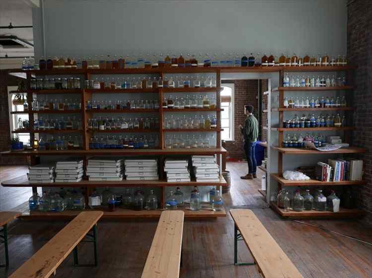 過去にブレンドされた蒸留酒のサンプルがたくさん陳列されていた。
