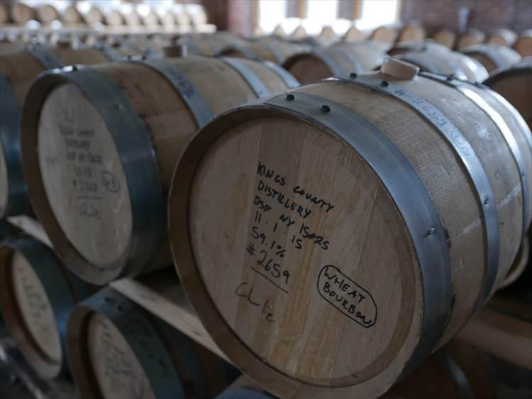 年代を記した樽がたくさん熟成されている。