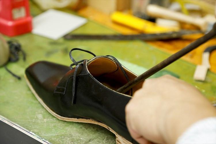 靴の中にある釘などをヤスリで削る作業。