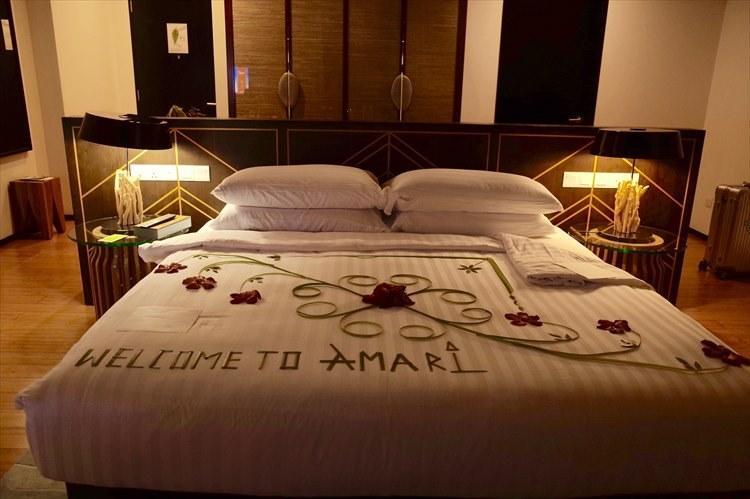 いい夢が見られそうな、ヤシの葉とハイビスカスの素敵なベッドメイキング。