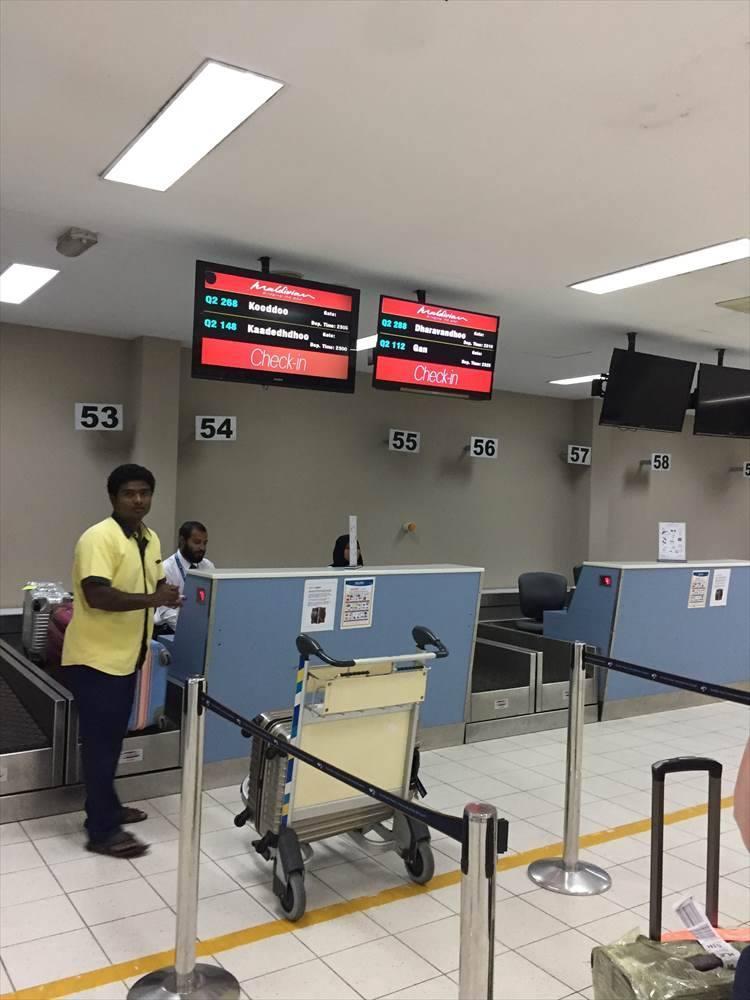 マーレ国際空港に着いたら、国内線のターミナルまでは屋根付きの通路を歩いて5分ほど。