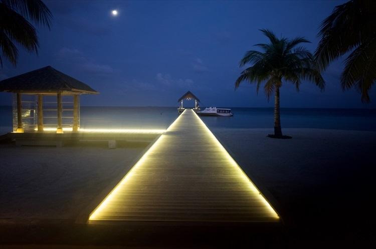 疲れも吹き飛ぶアマリの幻想的な桟橋。移動さえクリアすれば、こんなご褒美が待っている。
