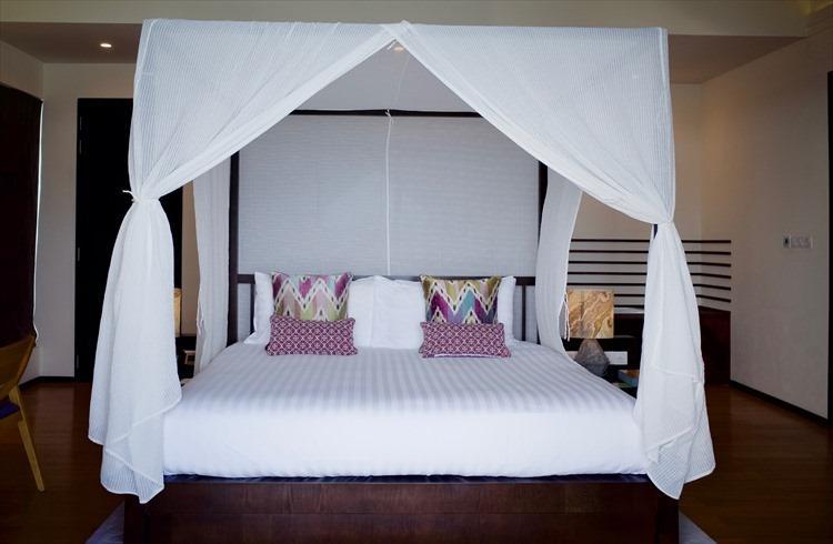 天蓋ベッドのほかプライベートプールも備わる、スイートタイプの水上プールヴィラ。