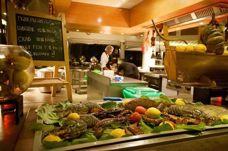 夕食はロブスターやカニなどの新鮮な魚介類を、追加オーダーできるコーナーも。