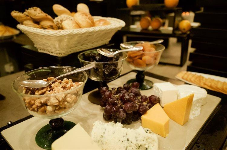夜はチーズやナッツなどのおつまみも充実。ここは左党の楽園でもあるのだ。